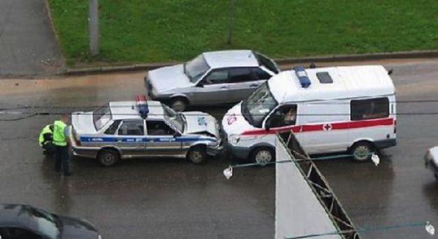 04-police-ambulance-crash-russia